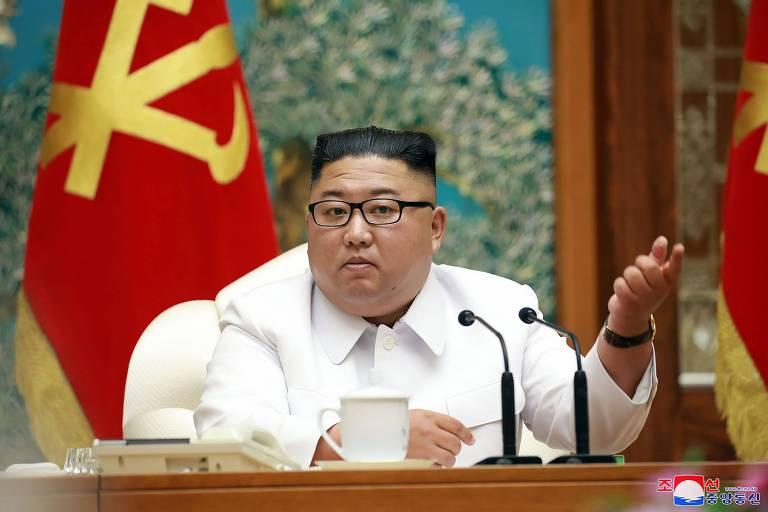 Ditador norte-coreano Kim Jong Un participa de reunião de emergência na Coreia do Norte.