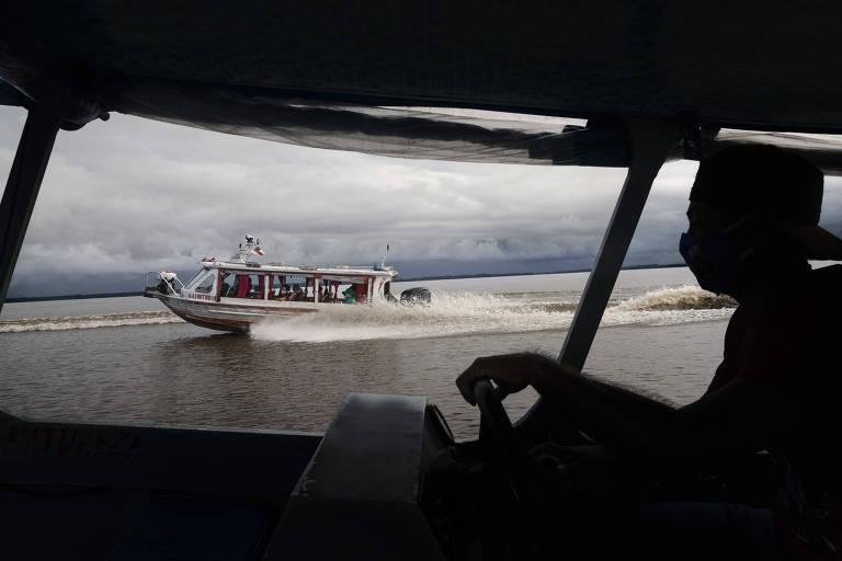 Uma equipe médica de Manacapuru viaja de barco pela Amazônia para testar os residentes em busca de coronavírus em comunidades inacessíveis por estrada, na Ilha Marrecão