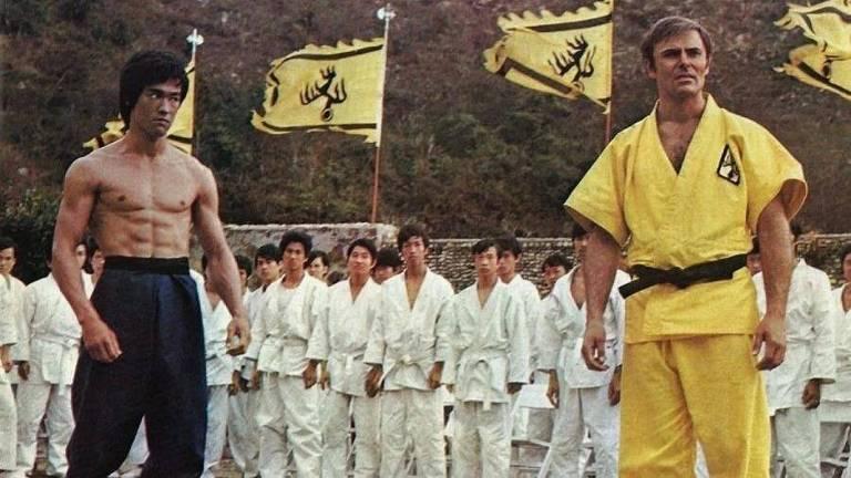 Bruce Lee com o ator e diretor John Saxon