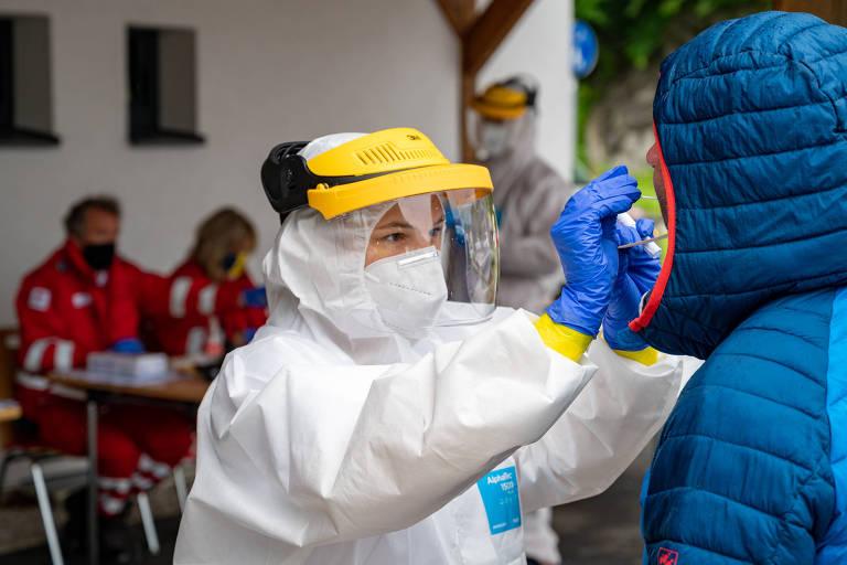 Profissional de saúde colhe amostra para teste de coronavírus em St. Wolfgang, na Áustria