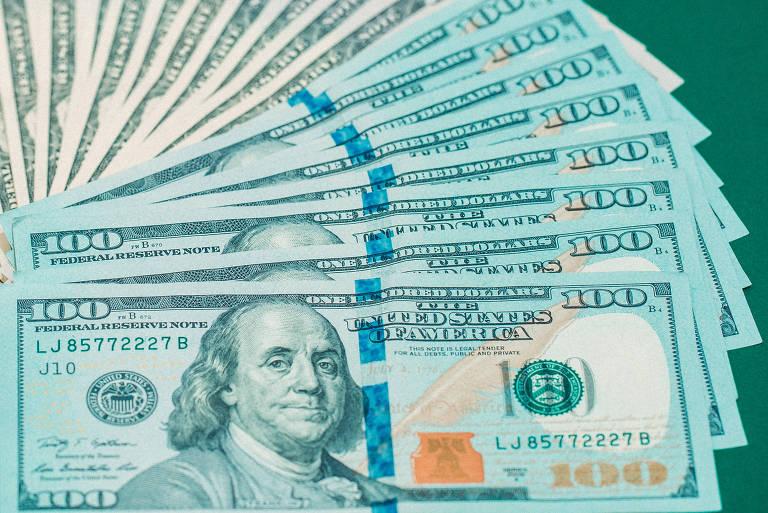 Cédulas de dólar sobre mesa verde