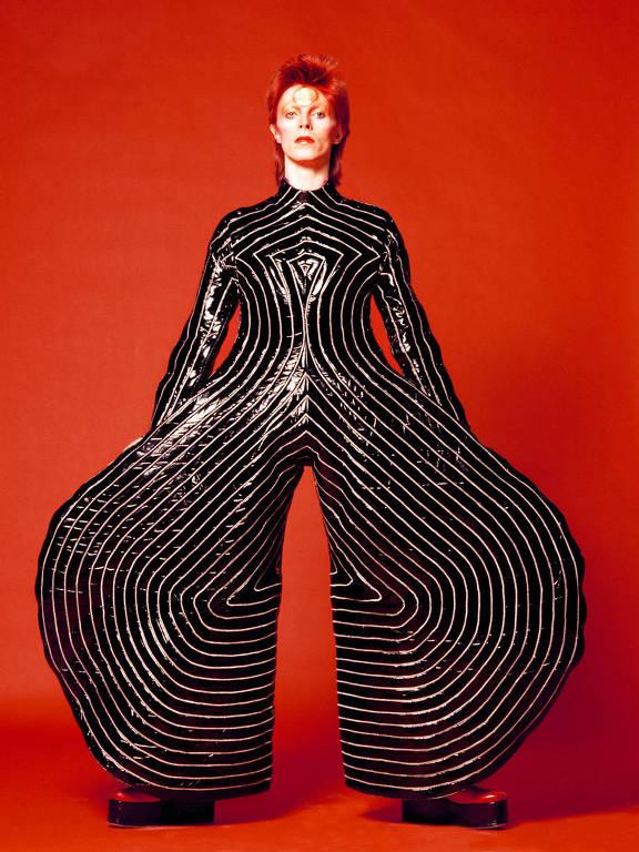 David Bowie com calças bodysuit criadas por Kansai Yamamoto
