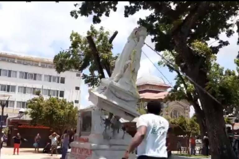 Ativistas derrubam estátua de Josefina de Beauharnais em Fort-de-France, na Martinica