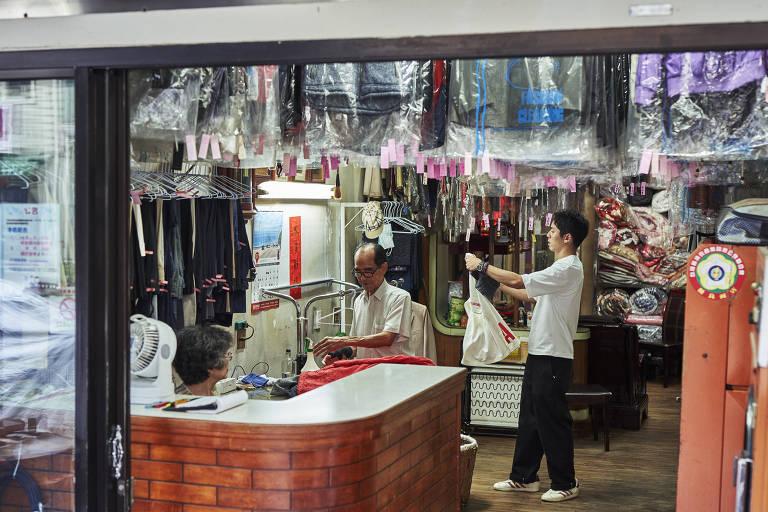 Reef Chang (dir), que teve a ideia de fazer a conta no Instagram, com seu avô, Hsu Sho-er, na lavanderia do casal em Taichung, Taiwan