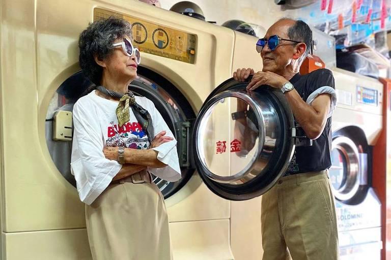 Casal octogenário faz sucesso no Instagram ao vestir roupas esquecidas em lavanderia