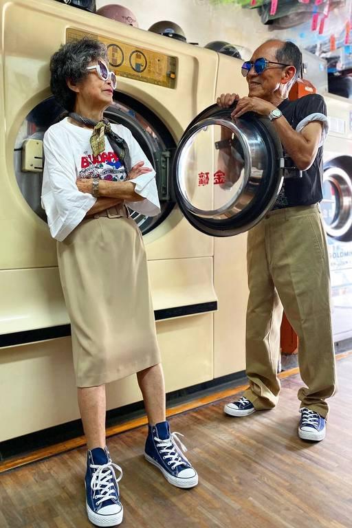 Chang Wan-ji e Hsu Sho-er, que tiram fotos com roupas esquecidas em sua lavanderia em Taiwan