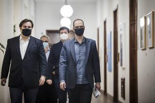 Prefieito  de SP Bruno Covas  (PSDB) e Rodrigo Maia (DEM), Presid da Camera dos Deputados, se dirigem para coletivas apos reuniao na Prefeitura de SP
