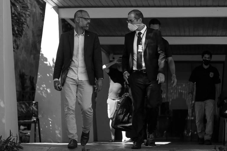 O youtuber bolsonarista Allan dos Santos acompanha agentes da Polícia Federal na sua casa, após mandado de busca e apreensão