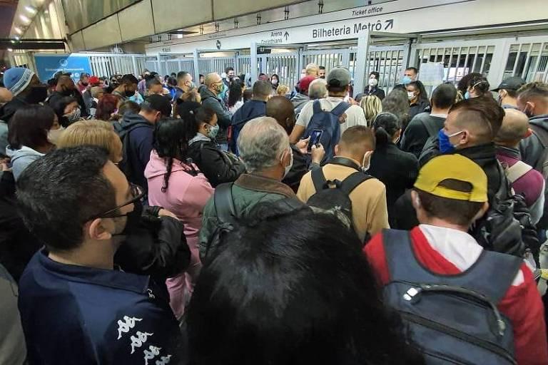 Usuários esperam abrir a entrada do metrô