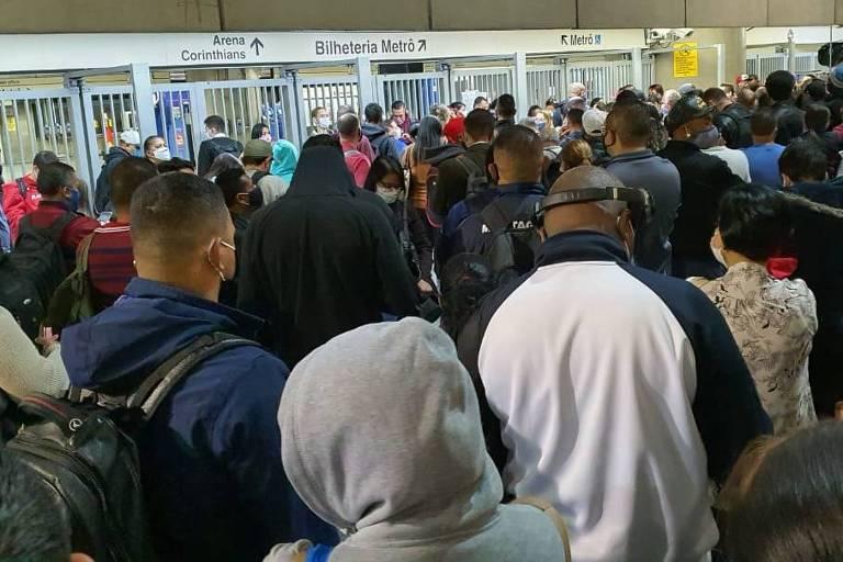 Metroviários suspendem greve, mas estações ficam superlotadas