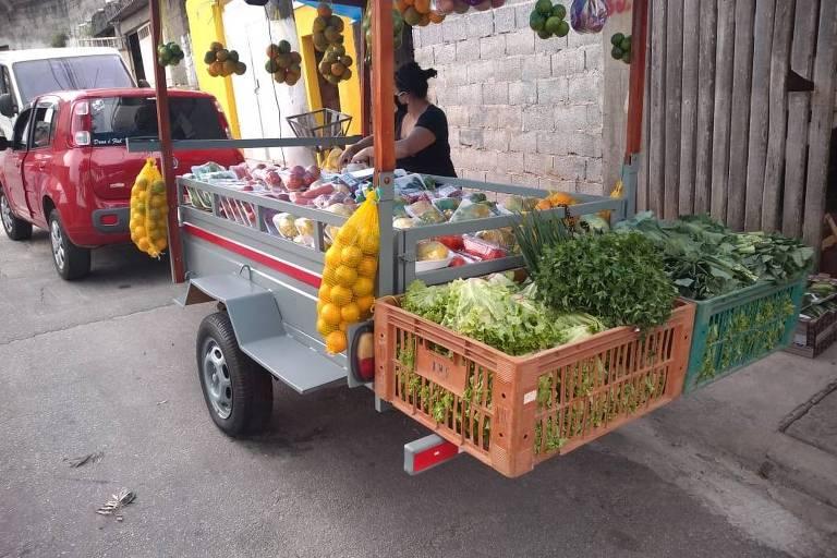 Rafaela e Carlos utilizam um carrinho acoplado ao veículo para as entregas