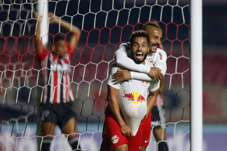 Ytalo e Morato comemoram gol do Red Bull Bragantino sobre o São Paulo, no Morumbi