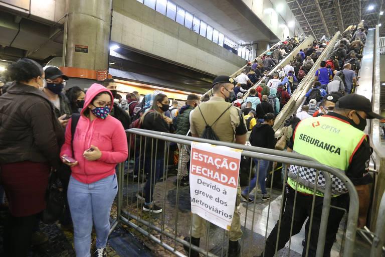 Greve dos metroviários causa lotação e filas nas estações