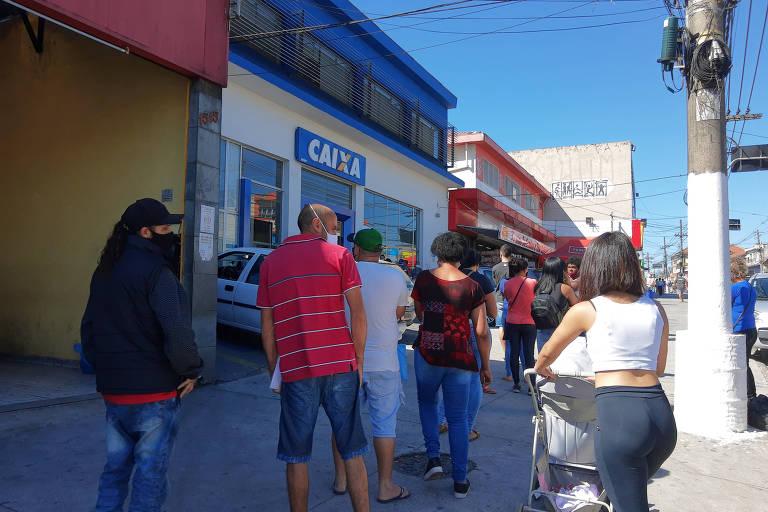 Cidadãos fazem fila na Caixa para desbloquear o auxílio emergencial