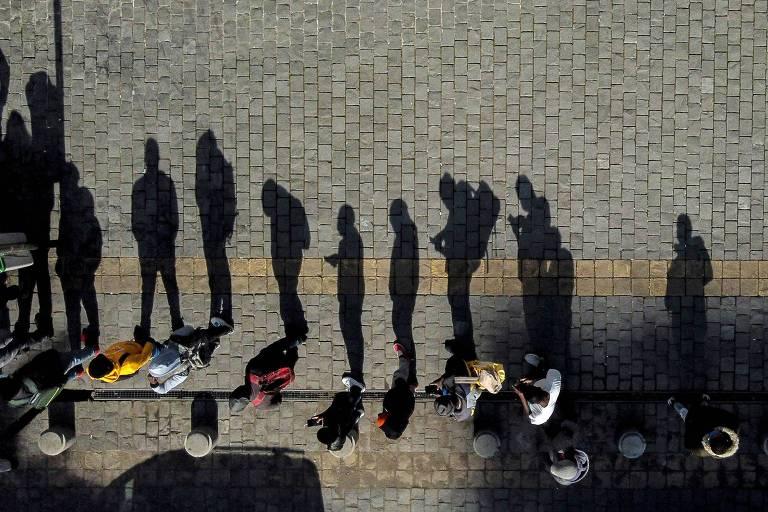 Chilenos fazem fila em frente a agência da Previdência para consultar saque de fundos de pensão após lei que autoriza a retirada ser aprovada na quarta (22)