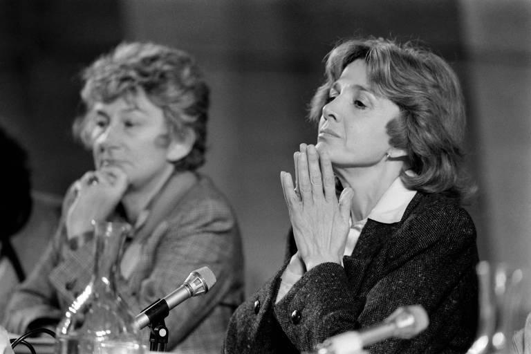 A líder feminista Gisele Halimi, à dir., ao lado de Yvette Roudy, durante conferência da Unesco realizada em Paris
