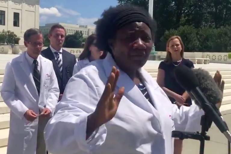 A médica Stella Immanuel, de Houston, que defendeu a hidroxicloroquina como cura da Covid-19 em vídeo postado por filho de Trump