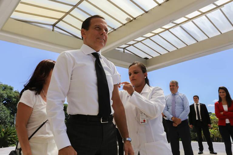 Enfermeira aplica vacina no braço do governador João Doria