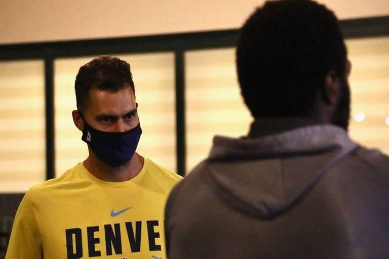 O brasileiro Felipe Eichenberger (de máscara) é o chefe da preparação física do Denver Nuggets