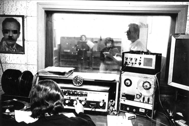 Confira fotos da época das radionovelas no Brasil