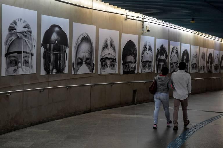 Metrô em SP tem exposição de fotos de trabalhadores da saúde; veja fotos de hoje