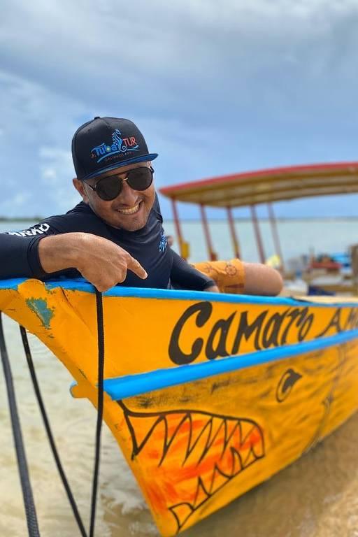 Homem com boné sentado em barco
