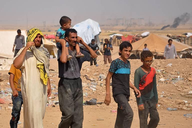Sírios deslocados pelo conflito em um campo que abrigava principalmente homens que fogem do Estado Islâmico na província de Hasakeh
