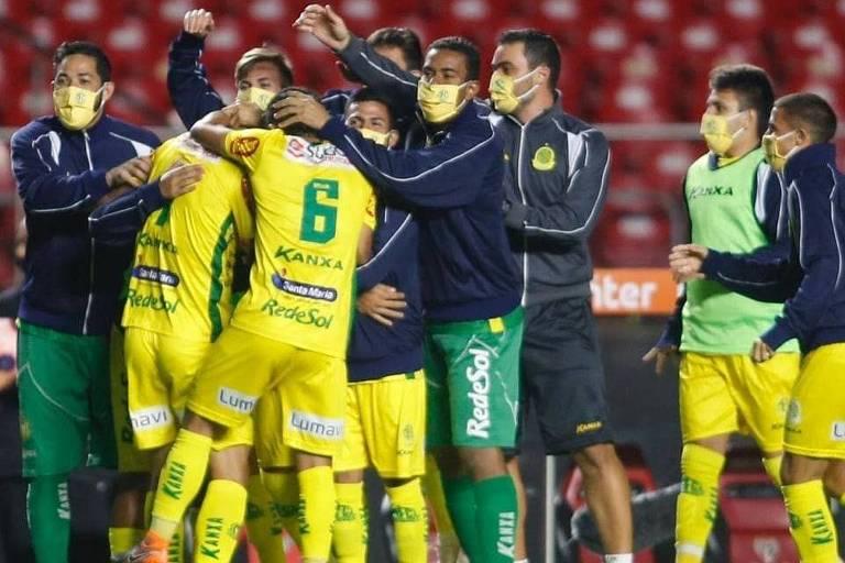 Jogadores do Mirassol comemoram o gol da classificação
