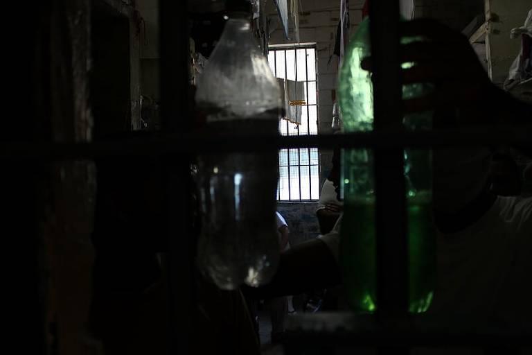 Celas são escuras e sem ventilação, segundo relatório da Defensoria Pública; presos guardam água e sabão em garrafas plásticas, já que há severo racionamento de água, mesmo na pandemia