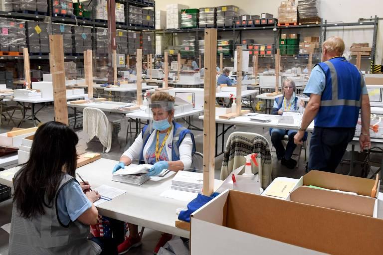 Voluntárias contam cédulas enviadas por correio no Departamento Eleitoral do Condado de Clark, no norte de Las Vegas, em Nevada, durante apuração das primárias no estado