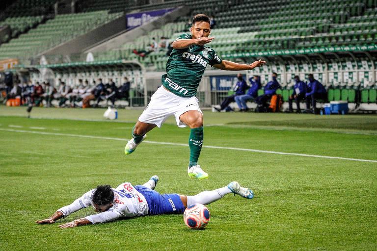 Gustavo Gómez disputa de bola durante o jogo entre Palmeiras e Santo André
