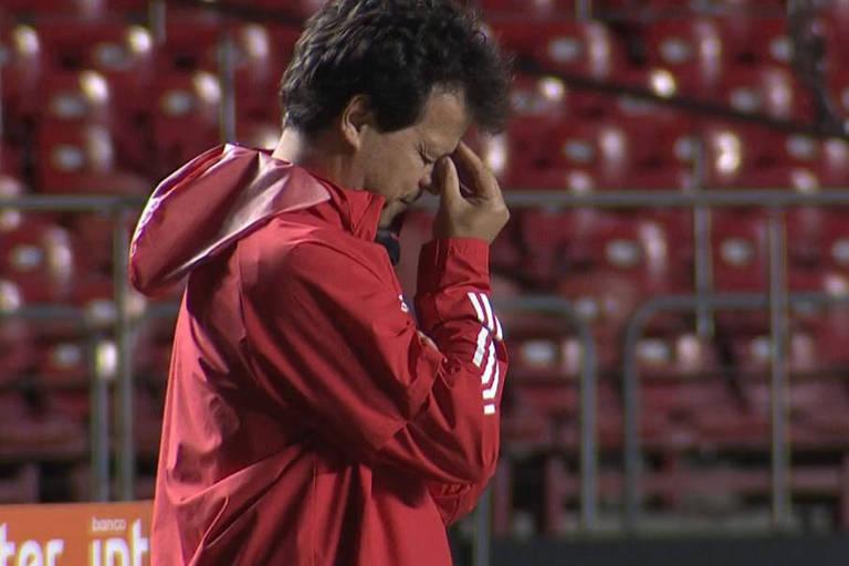Fernando Diniz lamenta o terceiro gol sofrido pelo São Paulo na derrota para o Mirassol