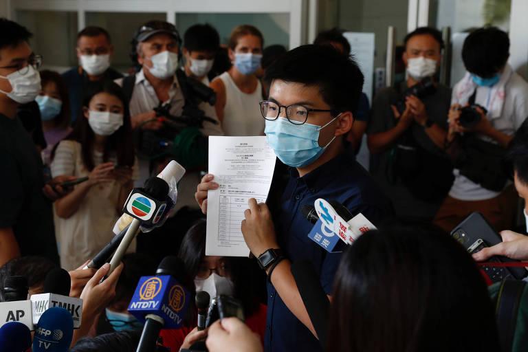 Joshua Wong, principal nome do ativismo pró-democracia em Hong Kong, ao registrar candidatura —agora vetada— ao Conselho Legislativo