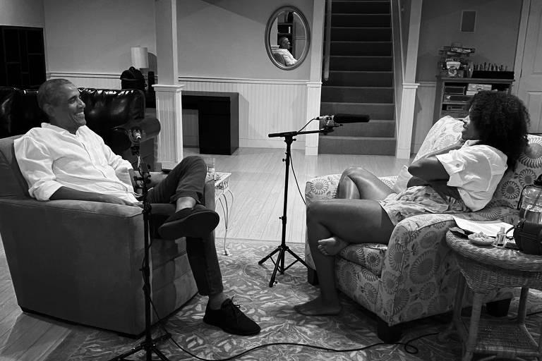 Barack e Michelle Obama conversam durante a gravação do novo podcast da ex-primeira-dama