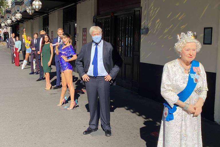 Distanciamento social fora do museu de cera Madame Tussauds, em Londres