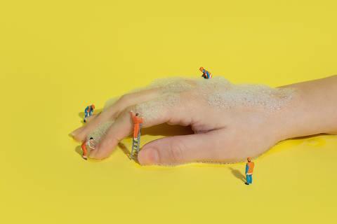 ***especial***  A nova realidade de hábitos e consumo - ilustração com miniaturas para higiene e limpeza **datafolha** *exclusivo**