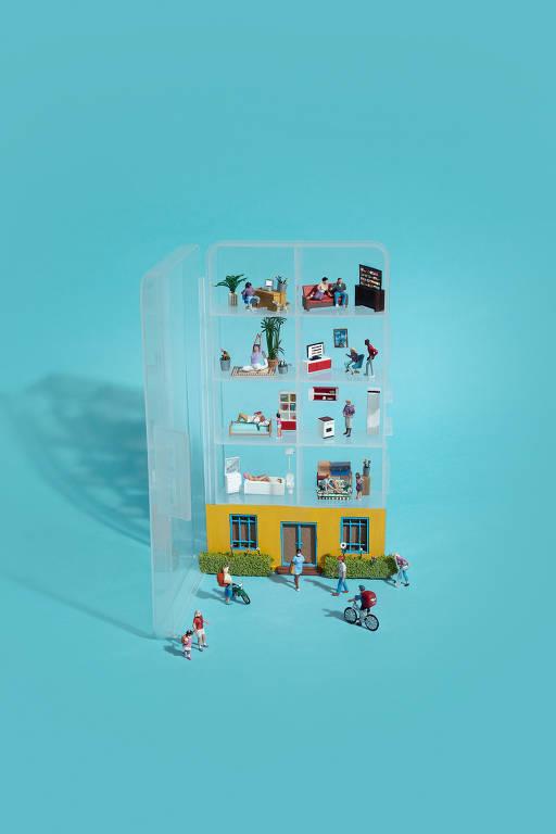 Uma cena feita com miniaturas mostra uma caixa organizadora de plástico com divisórias simulando um prédio. Em cada compartimento ocorre uma cena, como se fossem vários apartamentos. Na parte de baixo, da rua, há entregadores de delivery, algumas pessoas andando na rua, todas usam máscara de proteção facial. O fundo é azul