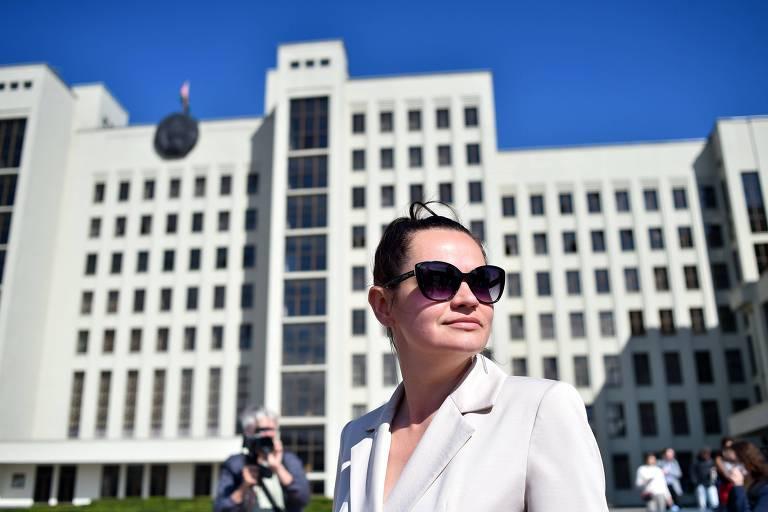A candidata a presidente Svetlana Tikhanovskaia deixa Comissão Eleitoral de Minsk