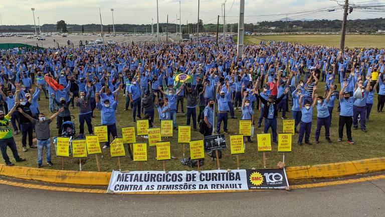 Dezenas de trabalhadores uniformizados participam de ato em frente à fábrica da Renault