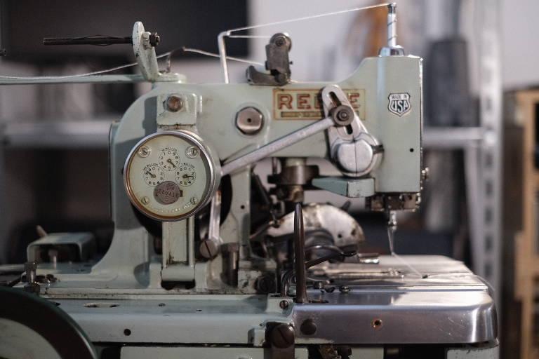 Maquina de costura antiga, usada pela confecção Cabra