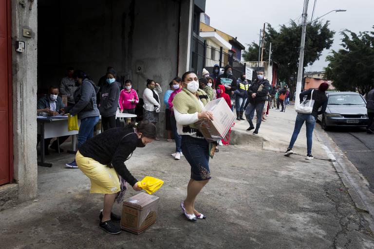 Associação dos moradores da Cachoeirinha e da Brasilândia, na zona norte de São Paulo, distribuem cestas básicas e kits de higiene para ajudar a população durante a pandemia do coronavírus