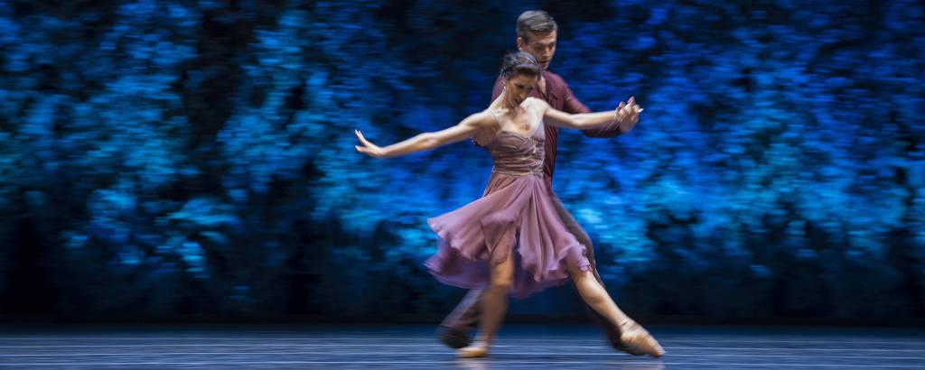 Cristina Casa e Toby William Mallitt dançam no Teatro Generalife em Granada, na Espanha, em 21.jul.2020