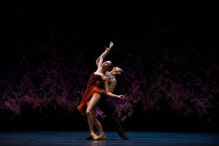 Giada Rossi e Alessandro Riga da Companhia Nacional de Dança da Espanha, no teatro Generalife em Granada, na Espanha. Bailarinos dançam um ao lado do outro