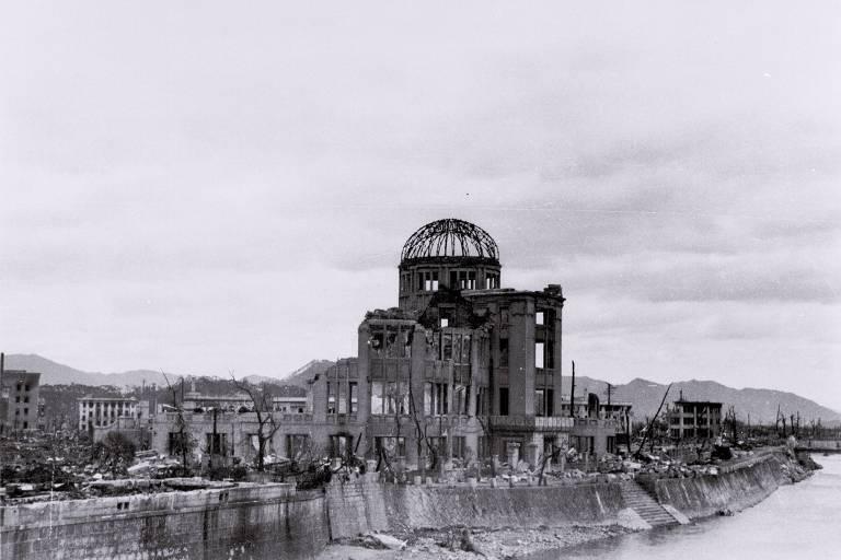 O centro de convenções em Hiroshima, com seu famoso domo, após a explosão da primeira bomba atômica