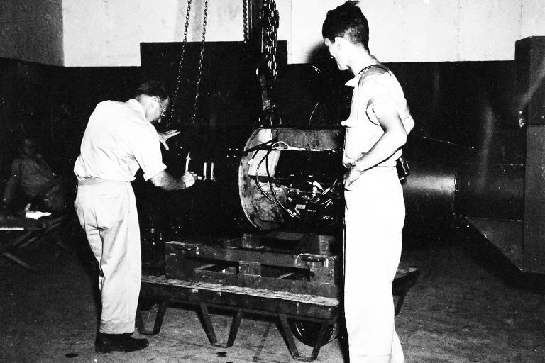 O comandante A.F. Birch configura a bomba atômica batizada de Little Boy, na base militar americana da ilha Tinian