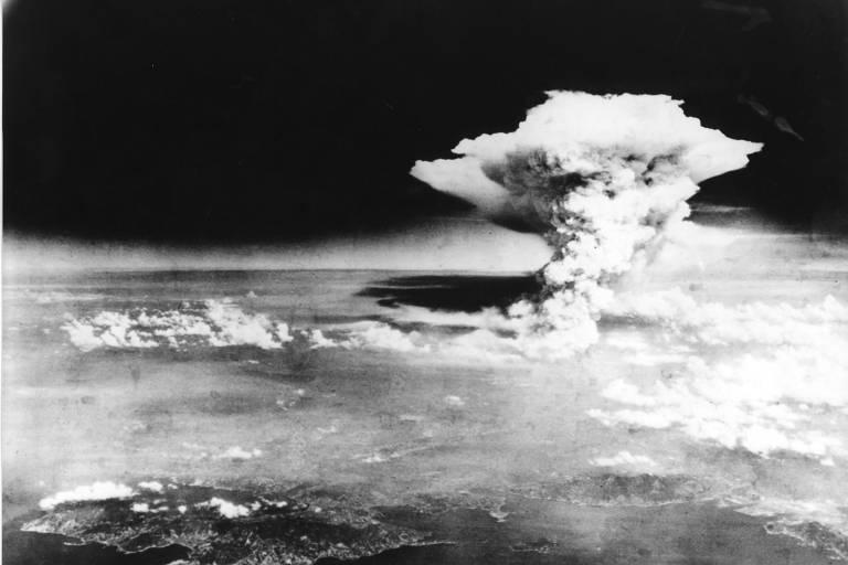 Nuvem em forma de cogumelo após o lançamento da bomba atômica sobre Hiroshima no dia 6 de agosto de 1945