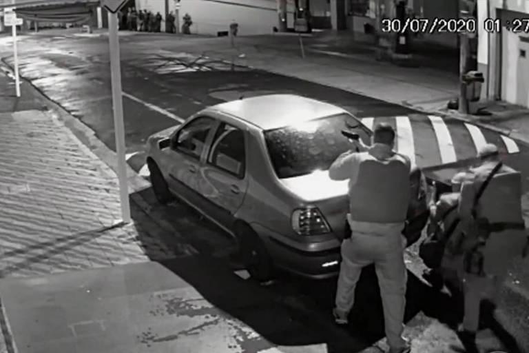 Câmera de monitoramento registra a movimentação de policiais do GATE, Policia Militar e Rota durante ação de bandidos armados em Botucatu (SP)