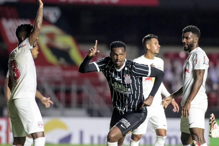Jô comemora o gol da vitória do Corinthians contra o RB Bragantino