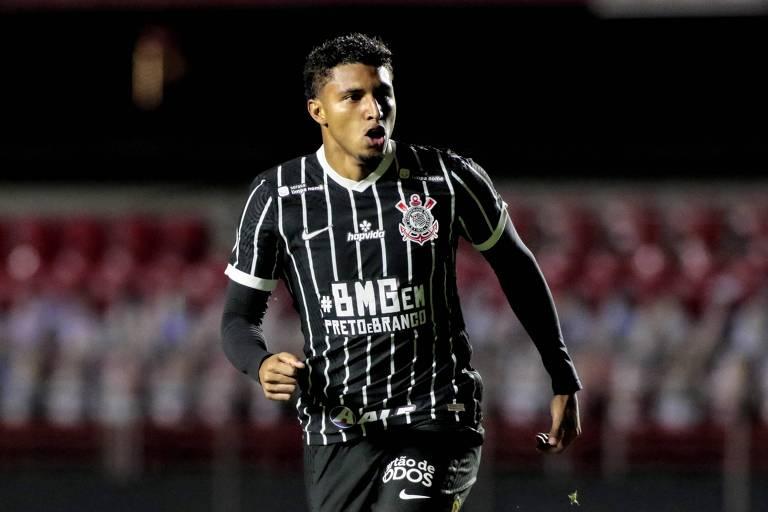 O volante Éderson comemora o primeiro gol do Corinthians