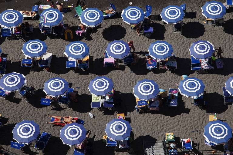 Praia privada Bagni Leonelli's em Costiera Sorrentina com guarda-sóis espaçados.